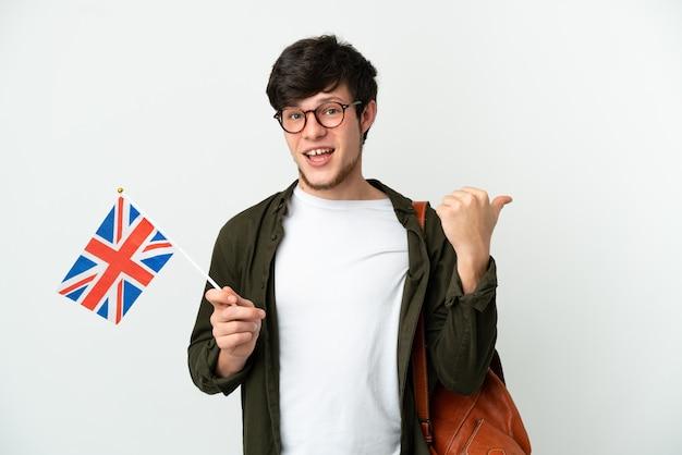 Jovem russo segurando uma bandeira do reino unido