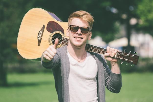 Jovem, russo, segurando, violão