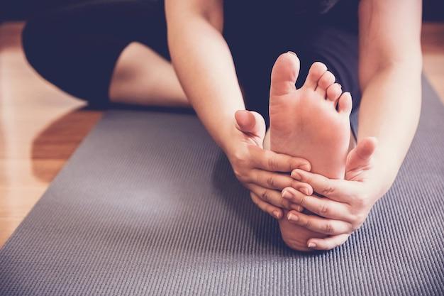 Jovem, saudável, mulher, prática, ioga, lição, esticar, com, instrutor, em, lar, estúdio, wellness, e, condicão física, estilo vida