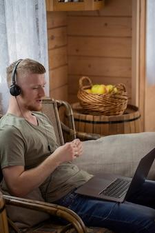 Jovem se comunica com parentes por videoconferência usando um laptop