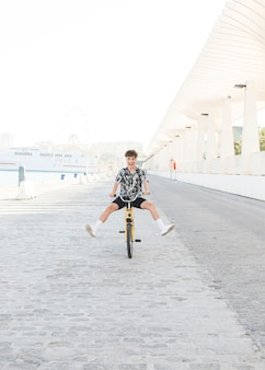 Jovem se divertindo enquanto andava de bicicleta