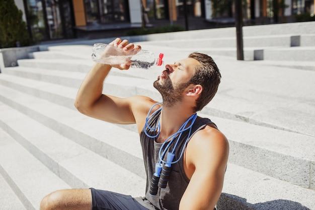 Jovem se exercitando ao ar livre