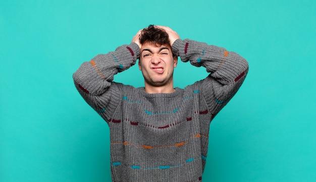 Jovem se sentindo frustrado e irritado, cansado do fracasso, farto de tarefas enfadonhas e enfadonhas