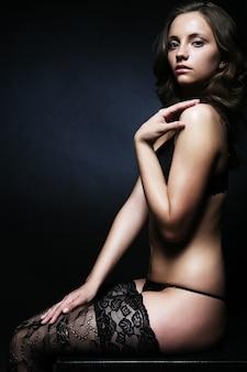 Jovem sedutor bonita em lingerie sexy