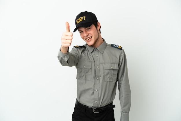 Jovem segurança russo isolado no fundo branco com o polegar levantado porque algo bom aconteceu