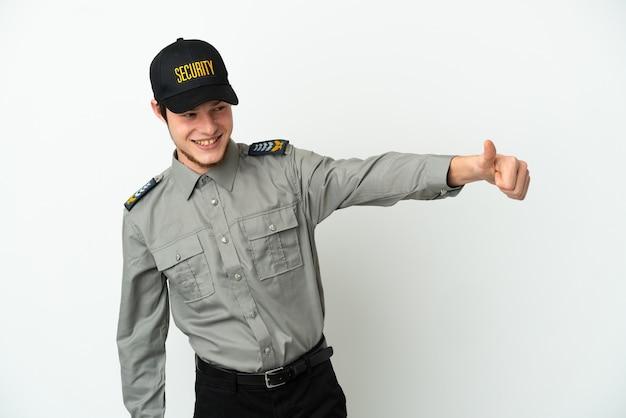 Jovem segurança russo isolado no fundo branco fazendo um gesto de polegar para cima