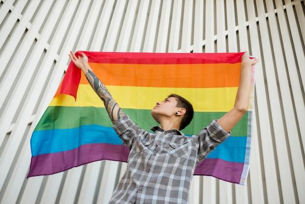 Jovem, segurando, arco íris, bandeira