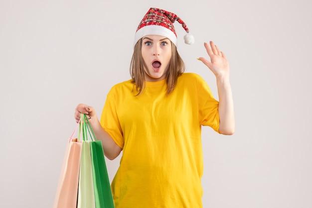 Jovem segurando pacotes depois de fazer compras em branco
