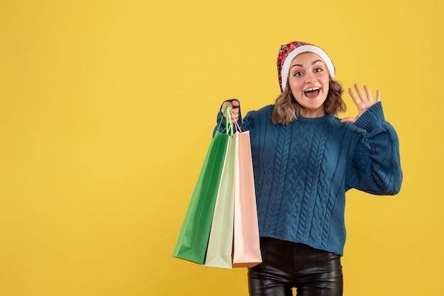 Jovem segurando pacotes depois de fazer compras no amarelo