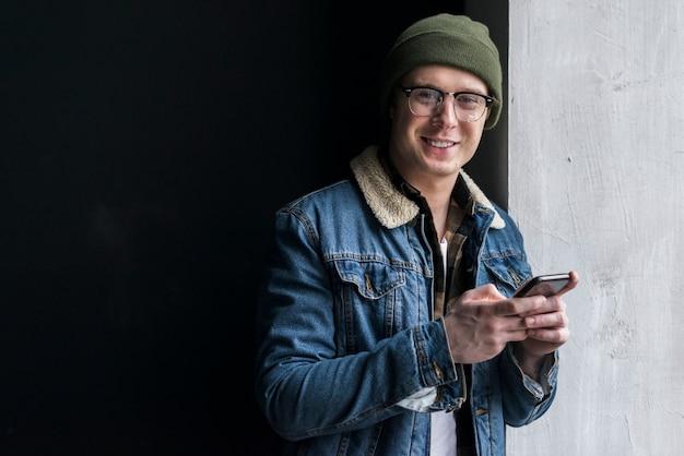 Jovem, segurando seu telefone