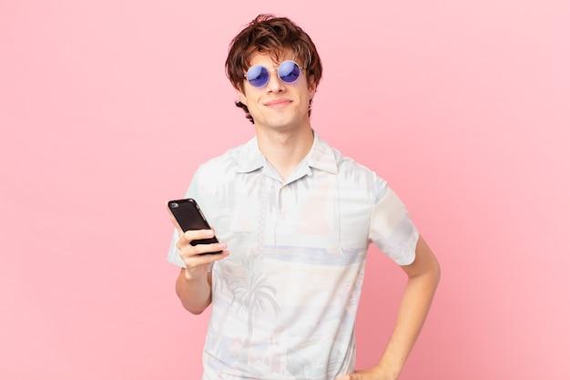 Jovem segurando smartphone