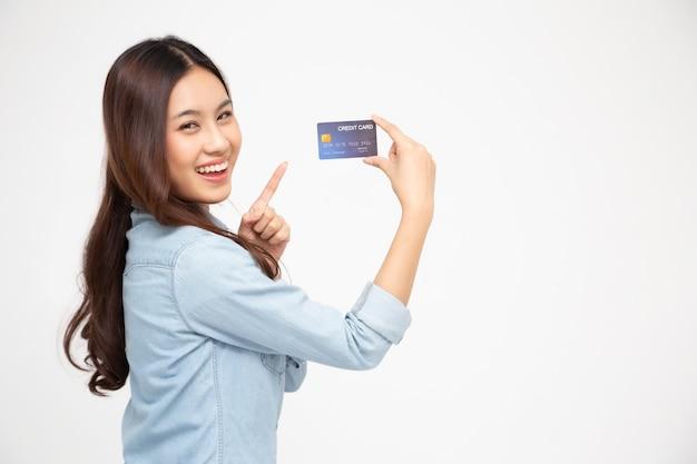 Jovem segurando um cartão de crédito