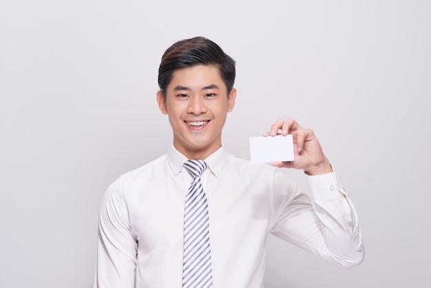 Jovem segurando um cartão de visita em branco sobre fundo branco
