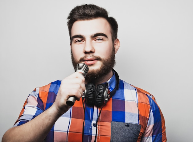 Jovem, segurando um microfone