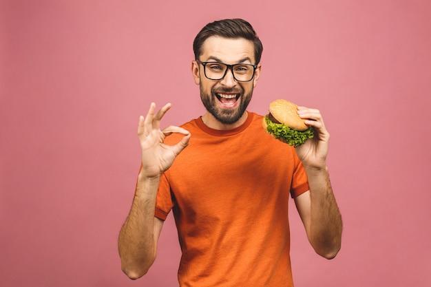 Jovem, segurando um pedaço de hambúrguer