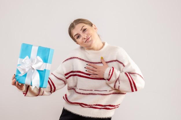 Jovem segurando um presente em branco
