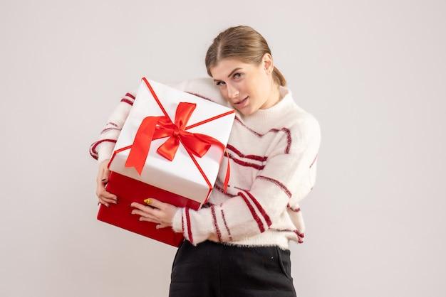 Jovem segurando um presente em uma caixa em branco