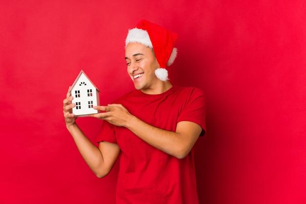 Jovem, segurando um presente no dia de natal