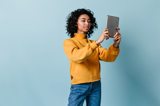 Jovem segurando um tablet digital