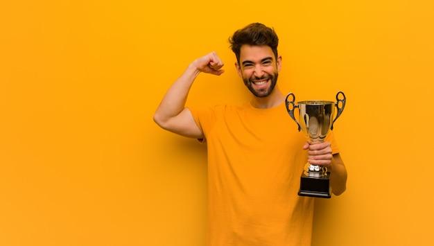 Jovem, segurando um troféu que não se rende