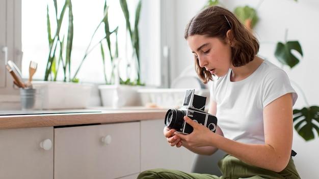 Jovem segurando uma câmera profissional