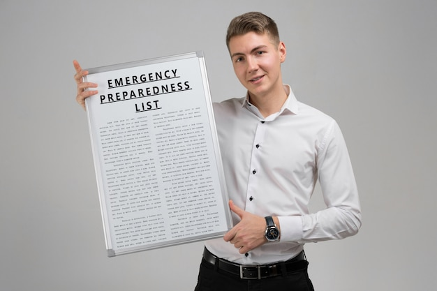 Jovem, segurando uma lista de preparação para emergências, isolada em um fundo claro