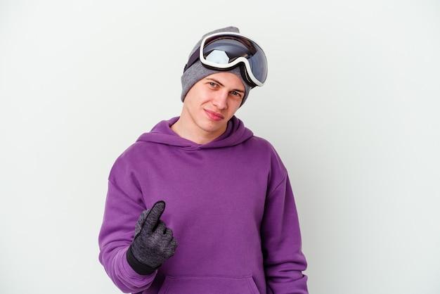 Jovem segurando uma prancha de snowboard isolada