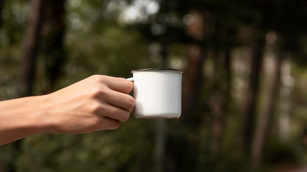 Jovem segurando xícara