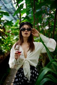 Jovem senhora bebendo vinho