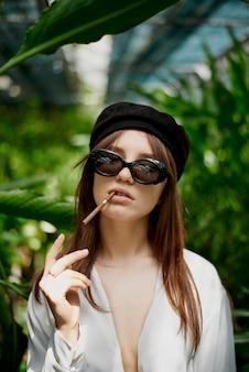 Jovem, senhora, cigarro fumando