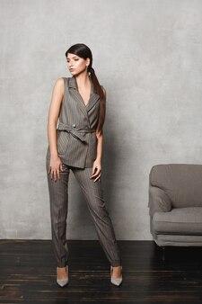 Jovem senhora de negócios confiante com maquiagem natural, vestindo roupas de escritório formal modelo garota na moda.