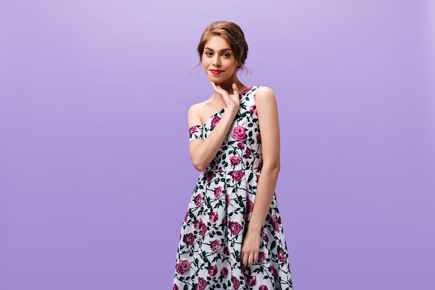 Jovem senhora em um lindo vestido poses em fundo isolado. mulher maravilhosa com batom vermelho em roupas da moda, olhando para a câmera.