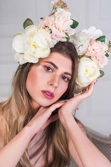 Jovem, senhora romântica, com, bonito, grinalda flor
