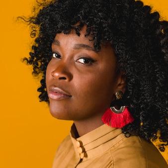 Jovem, sensual, mulher americana africana, olhando câmera