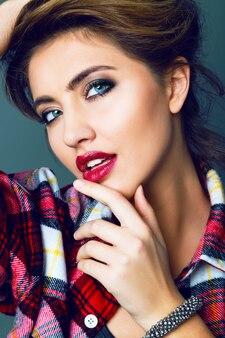 Jovem sensual sedutora mulher sexy com rosto de beleza e maquiagem esfumada brilhante. retrato da moda