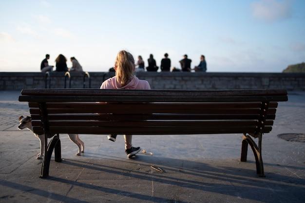Jovem sentada em um banco