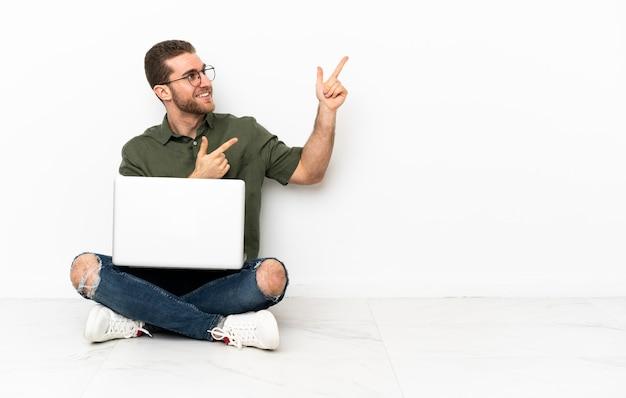 Jovem sentado no chão apontando com o dedo indicador uma ótima ideia