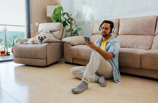 Jovem sentado no chão conversando ao telefone