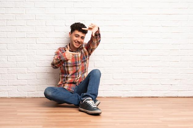 Jovem sentado no chão, focando o rosto. símbolo de enquadramento