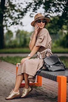 Jovem sentado parque usando telefone