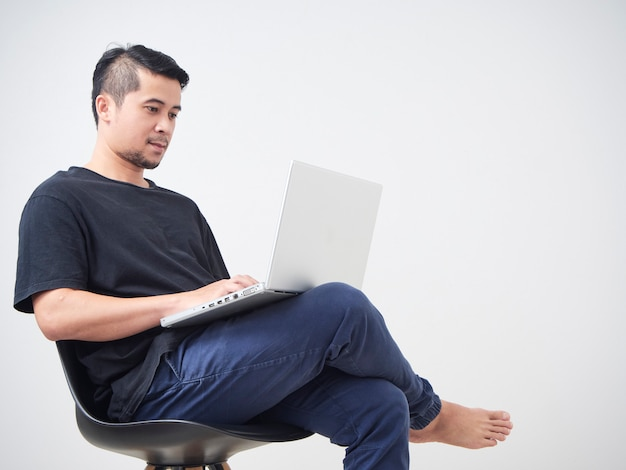 Jovem sentado trabalhar com laptop