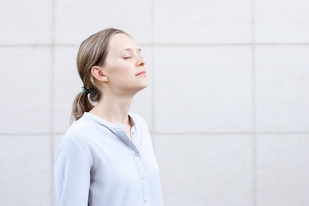 Jovem serena com olhos fechados meditando
