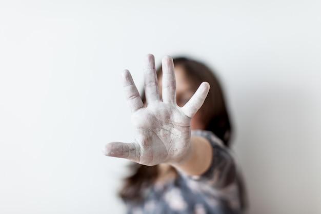 Jovem silhueta com a mão estendida sinalizando para parar. conceito de direitos humanos
