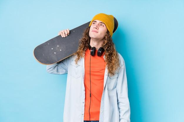 Jovem skatista caucasiano isolado sonhando em alcançar objetivos e propósitos