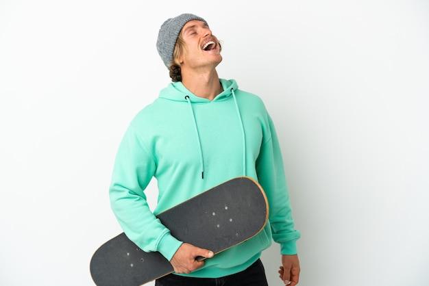 Jovem skatista loira isolada no branco rindo