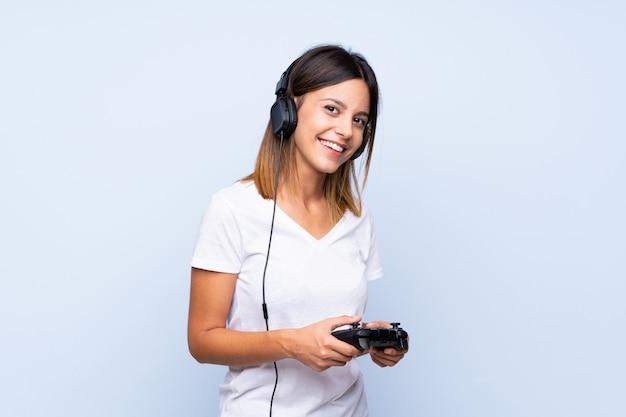 Jovem sobre azul isolado jogando em videogame
