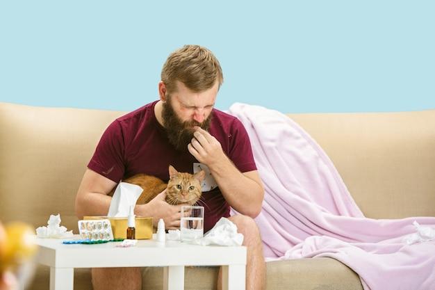 Jovem sofre de alergia a pelo de gato. com erupções cutâneas e coceira