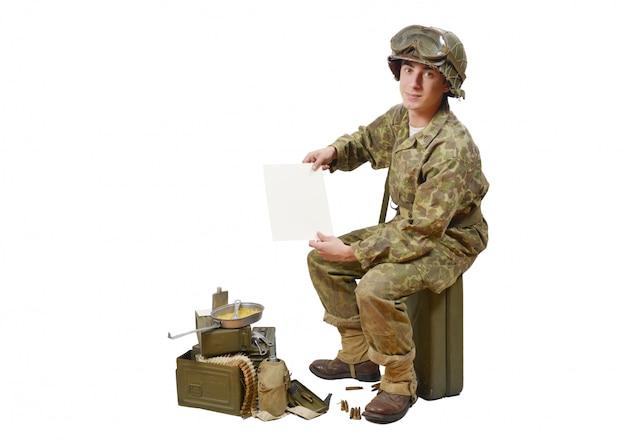 Jovem soldado americano mostra uma carta