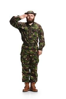Jovem soldado do exército vestindo uniforme camuflado isolado no branco