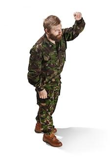 Jovem soldado do exército vestindo uniforme de camuflagem isolado no branco